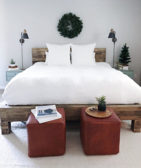 ベッドフレームがインパクト大の寝室