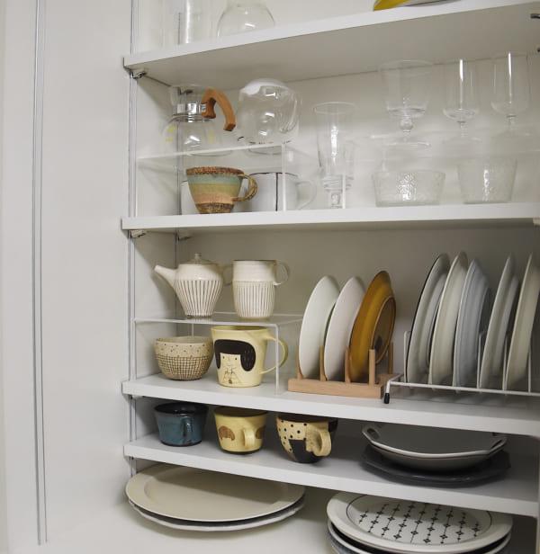 スタンドで区分けした食器棚収納アイデア