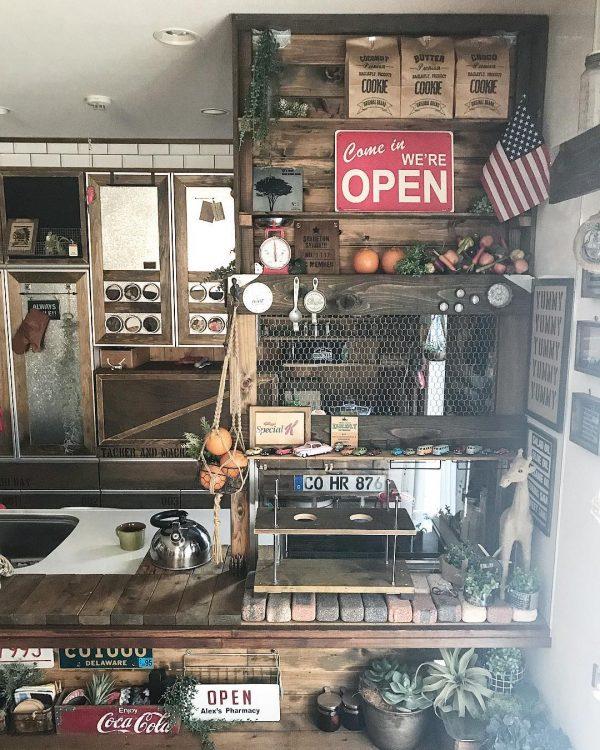 赤色のディスプレイで作るカフェ風キッチン