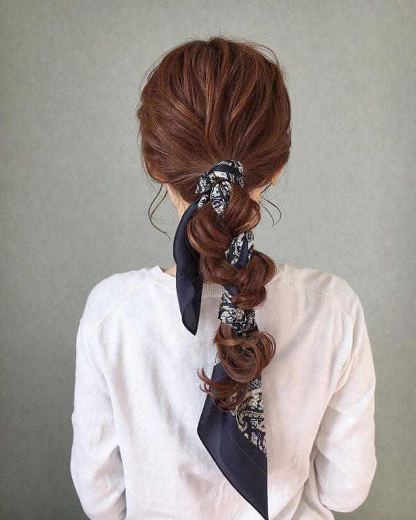 華やかスカーフのデート向けロングの髪型