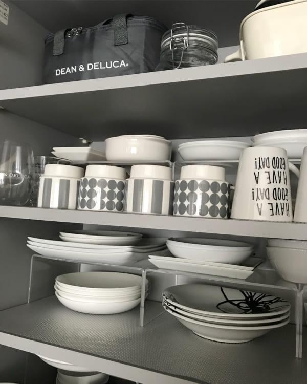 アクリルスタンドを使った食器棚の片付け方