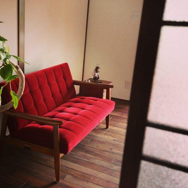 ヴィンテージ感のあるおしゃれな赤ソファ