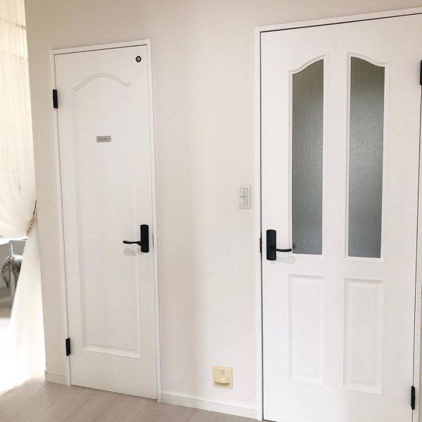 DIYで色を塗り替えたドア