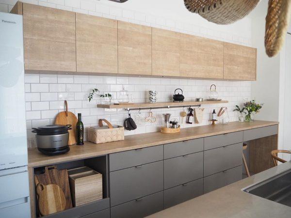 コンパクトな飾り棚をつけたキッチン背面