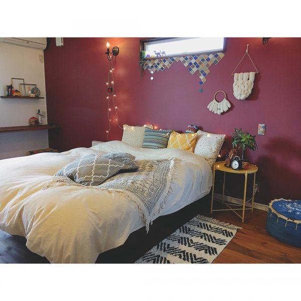 赤色の壁紙がおしゃれな寝室インテリア