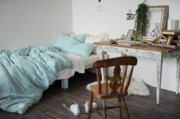 シャビーな家具を使った寝室