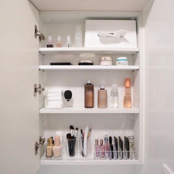 スマートに収納できる洗面鏡裏のスペース