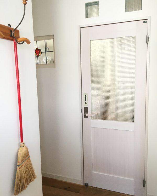 赤色お掃除アイテムで魅せる玄関インテリア