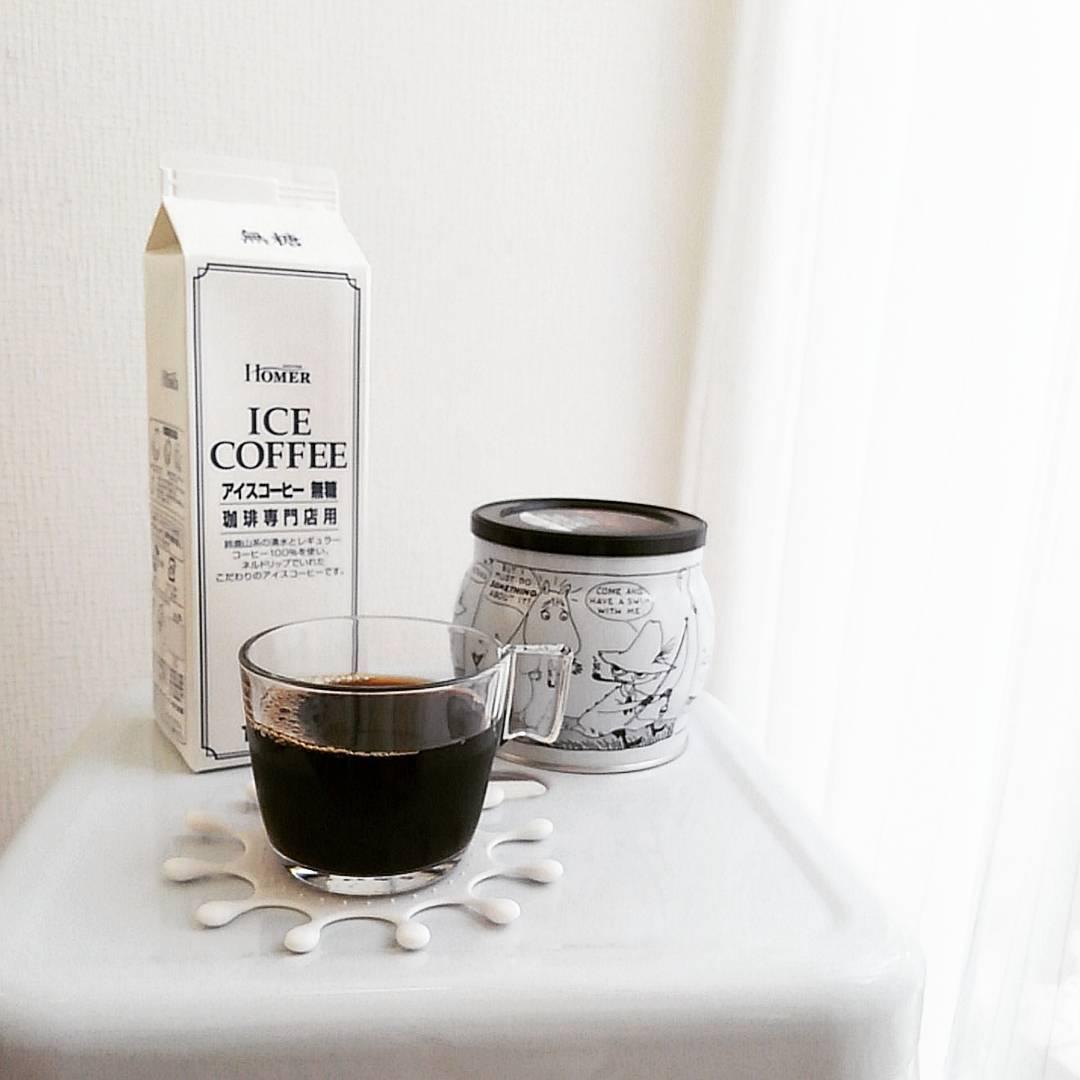シンプルなガラスマグにアイスコーヒー
