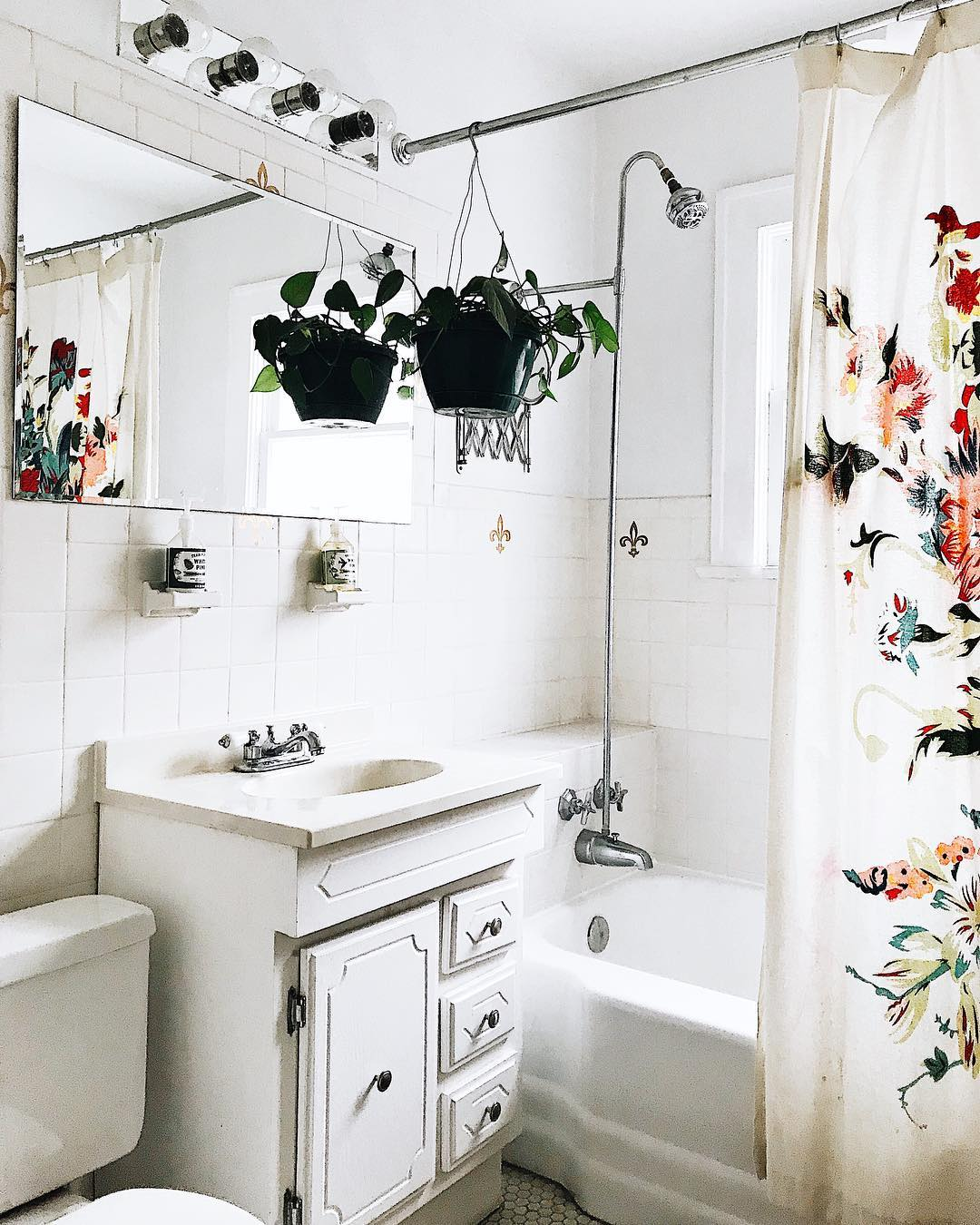 白タイル&クラシカルな洗面台が可愛い