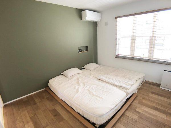 グリーン系のナチュラルカラーを入れた寝室