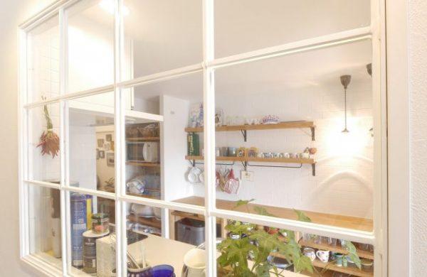 おしゃれな室内窓のあるキッチン