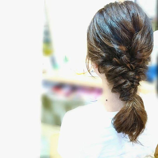 女性らしいセミロングダウンヘアアレンジ