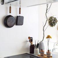 フライパンは出し入れしやすく。よく使う調理アイテムのアイデア収納術