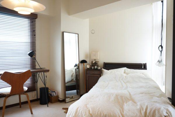 ホワイト×ウォルナットのベッドルーム・インテリア