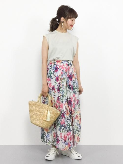 赤花柄スカート×白スニーカーの夏コーデ