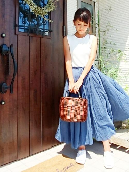 ブルーロングスカート×白スニーカーコーデ