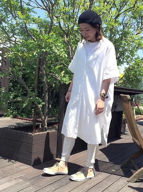 ベージュスニーカー×白シャツワンピの夏コーデ