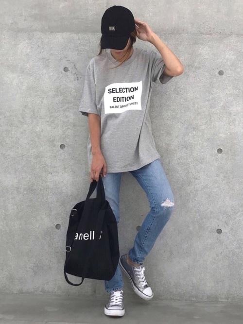 プリントTシャツ×ダメージデニムパンツ