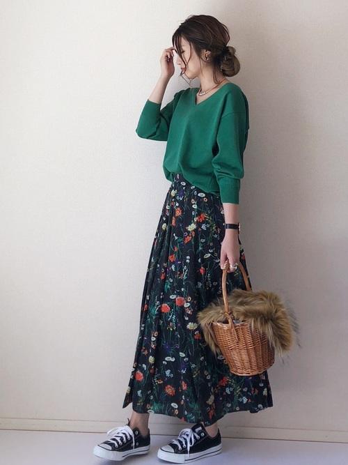ボタニカル花柄スカート×黒スニーカーコーデ