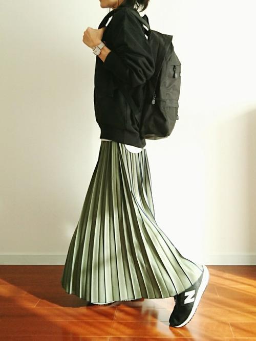 緑プリーツロングスカート×スニーカーコーデ