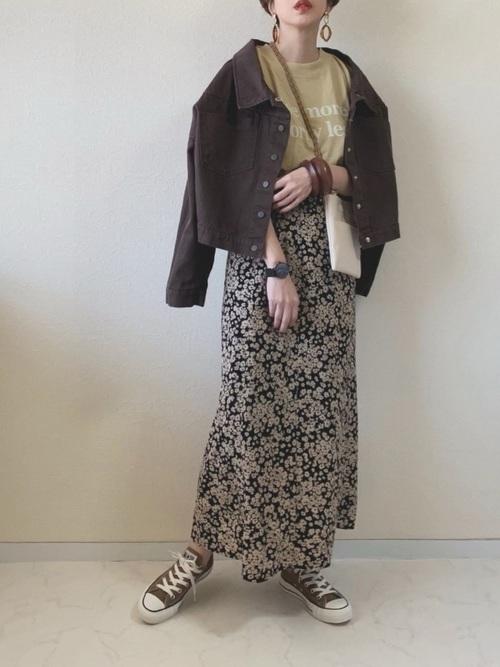 黒花柄スカート×茶色スニーカーの秋コーデ