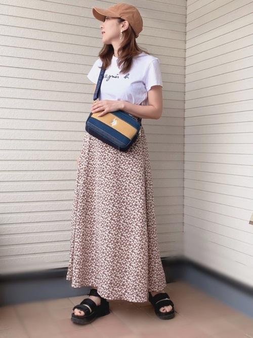 ロゴTシャツ×花柄ロングフレアスカート