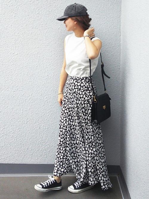 ノースリーブTシャツ×花柄ロングスカート