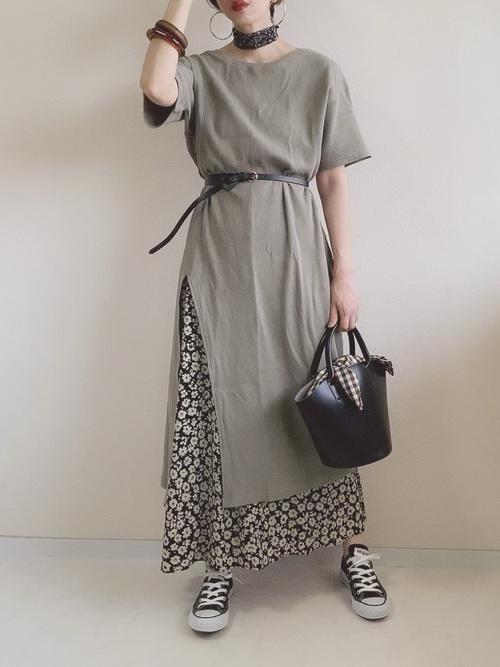 花柄Aラインスカート×黒スニーカーの夏コーデ