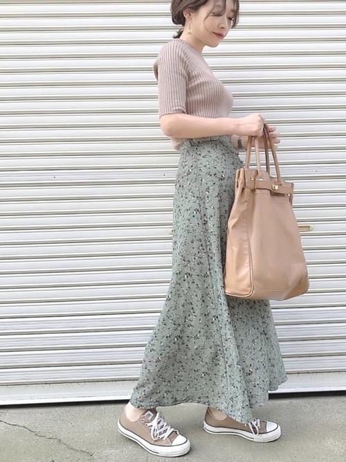 茶色コンバース×緑花柄スカートの夏コーデ