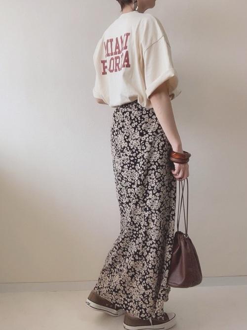 黒花柄スカート×茶色スニーカーの夏コーデ