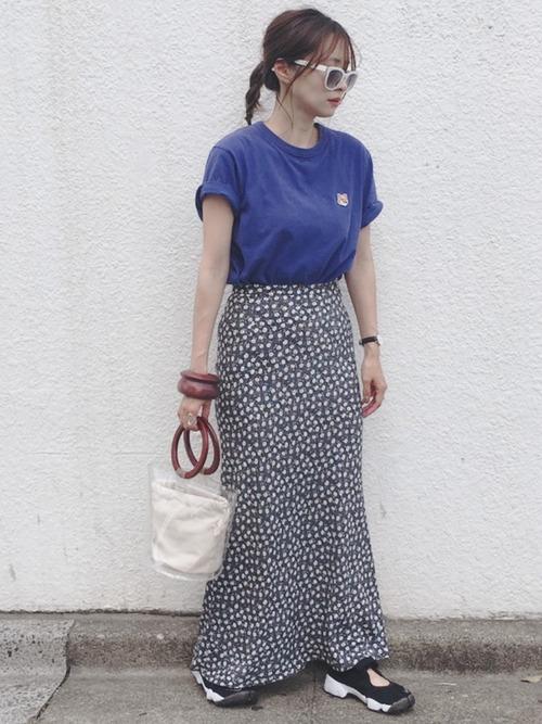花柄スカート×黒サンダルスニーカーの夏コーデ