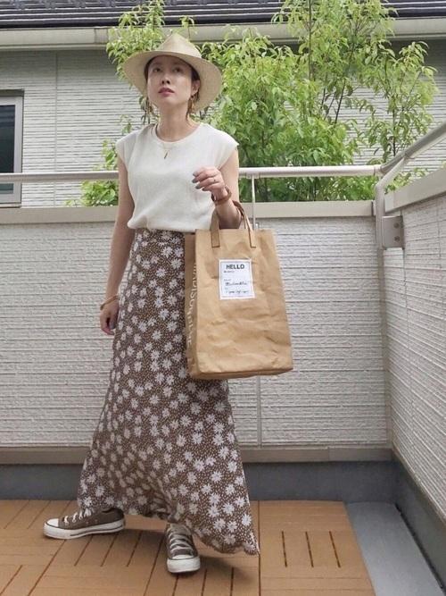 茶色花柄スカート×茶色スニーカーの夏コーデ