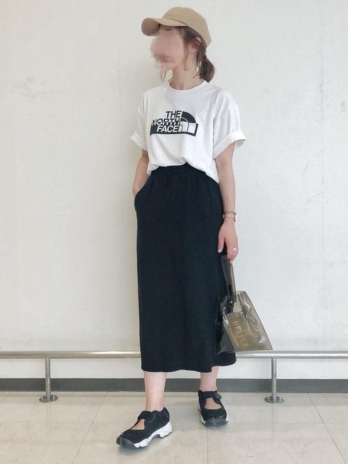 黒スニーカー×黒タイトスカートの夏コーデ