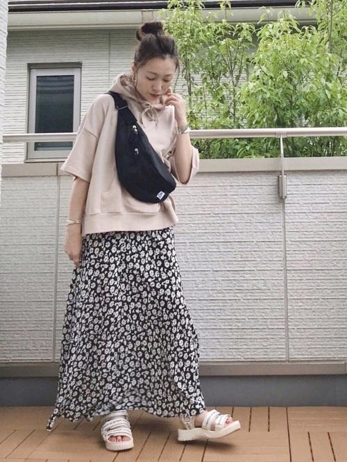 半袖パーカー×花柄フレアスカートの夏コーデ