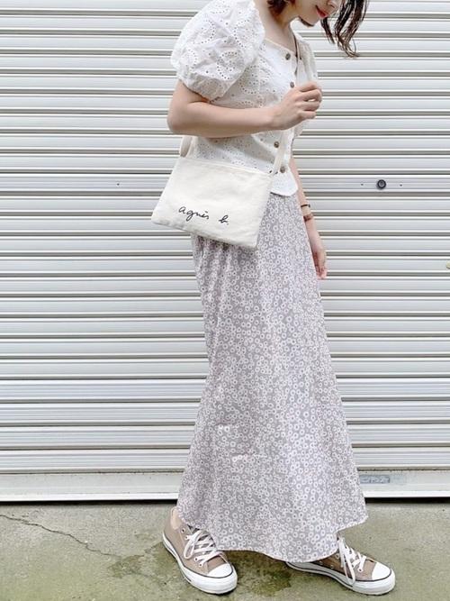 茶色コンバース×花柄スカートの夏コーデ