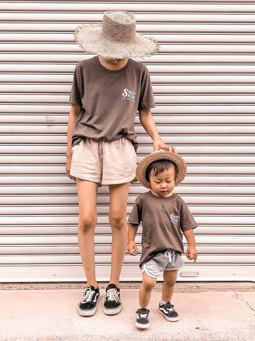 茶Tシャツ×ショートパンツの夏リンクコーデ