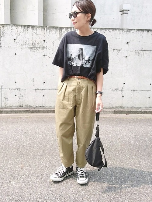 プリントTシャツ×タックワイドパンツ
