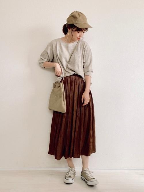 ベージュスニーカー×茶色スカートの夏コーデ