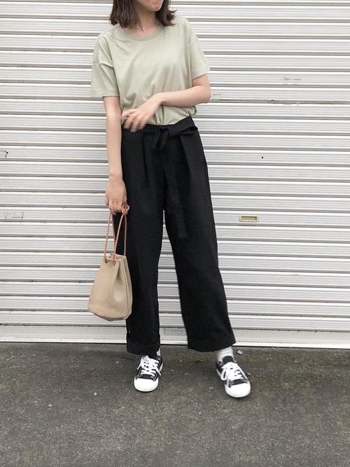 黒スニーカー×黒パンツの夏コーデ