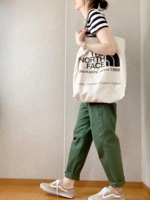 ベージュスニーカー×緑パンツの夏コーデ
