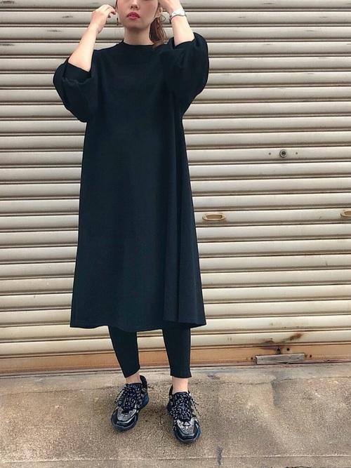 黒ボリューム袖ワンピ×黒レギンスの夏コーデ