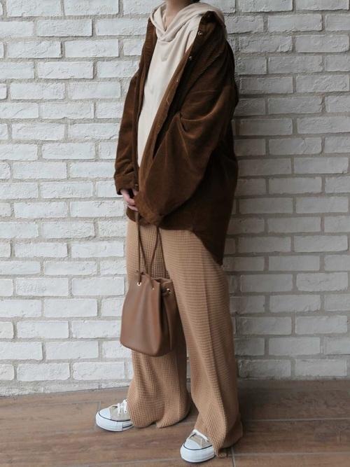 シャツジャケット×ライトブラウンパンツ