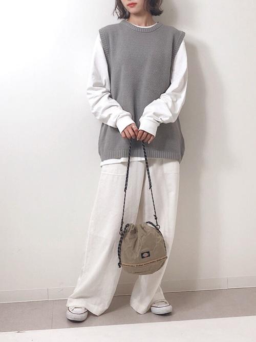 白コンバース×白ワイドパンツの秋コーデ