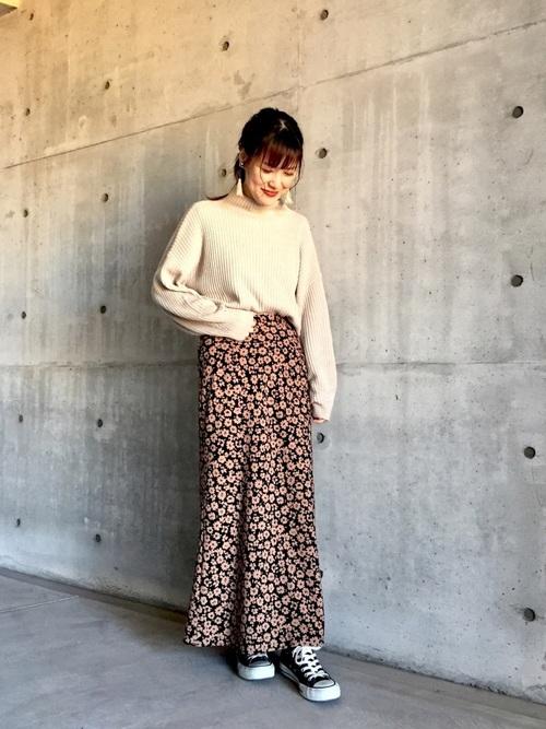 黒ロング花柄スカート×黒スニーカーの秋コーデ