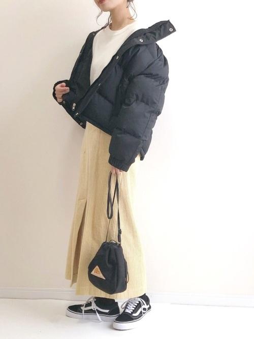 黒スニーカー×黄色ロングスカートコーデ