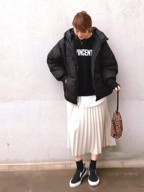 白ロングスカート×黒スニーカーコーデ