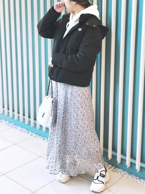 紺花柄スカート×白スニーカーの冬コーデ