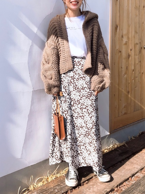 茶色花柄マキシスカート×スニーカーの冬コーデ