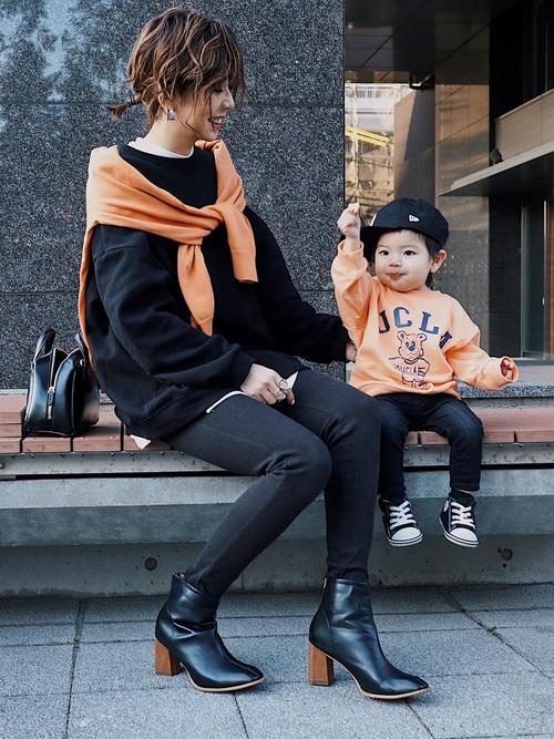 黒パンツ×オレンジアイテムの秋リンクコーデ